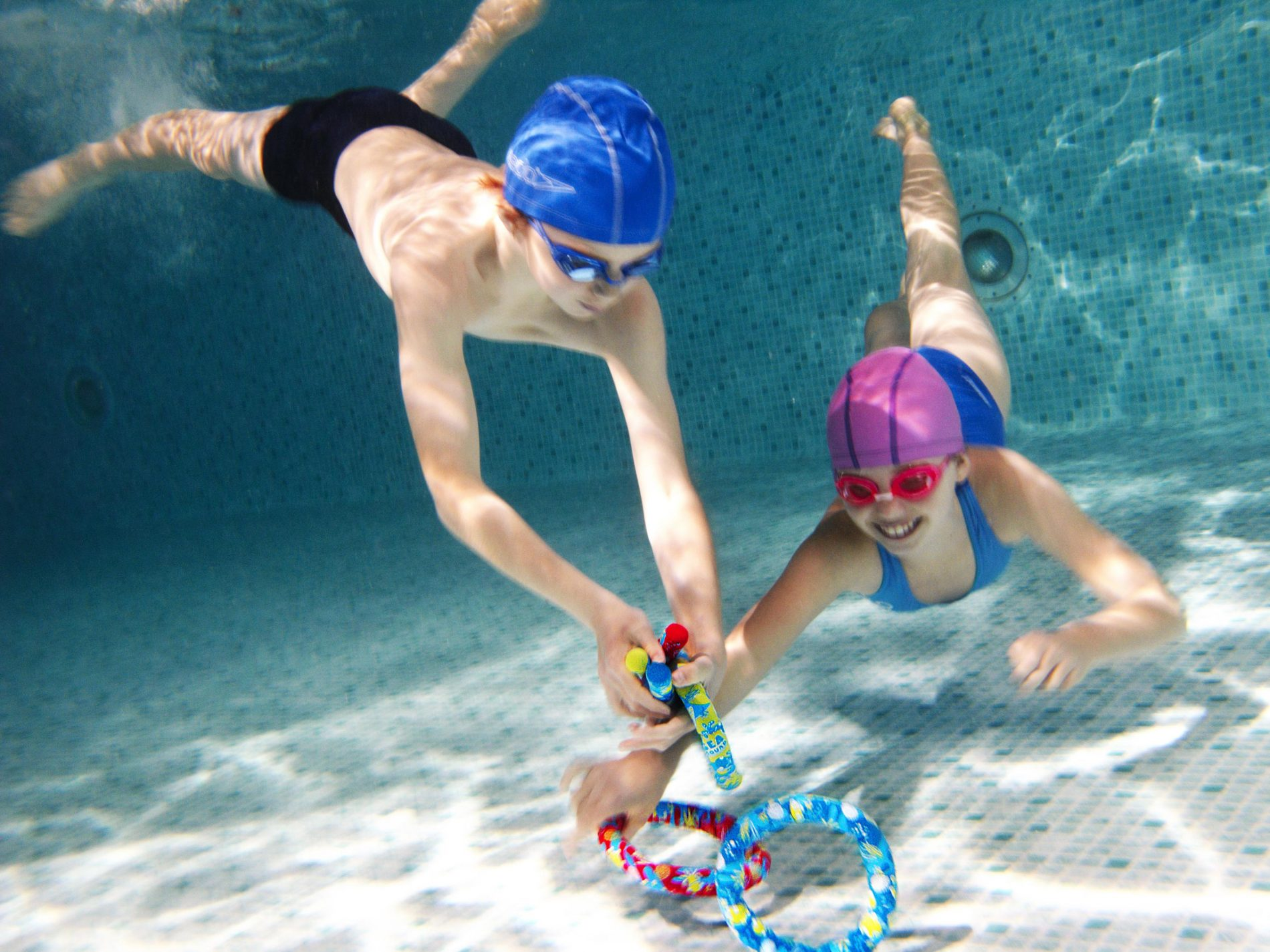 Swimming games to help kids feel safe in water