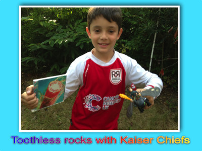 Toothless rocks with Kaiser Chiefs